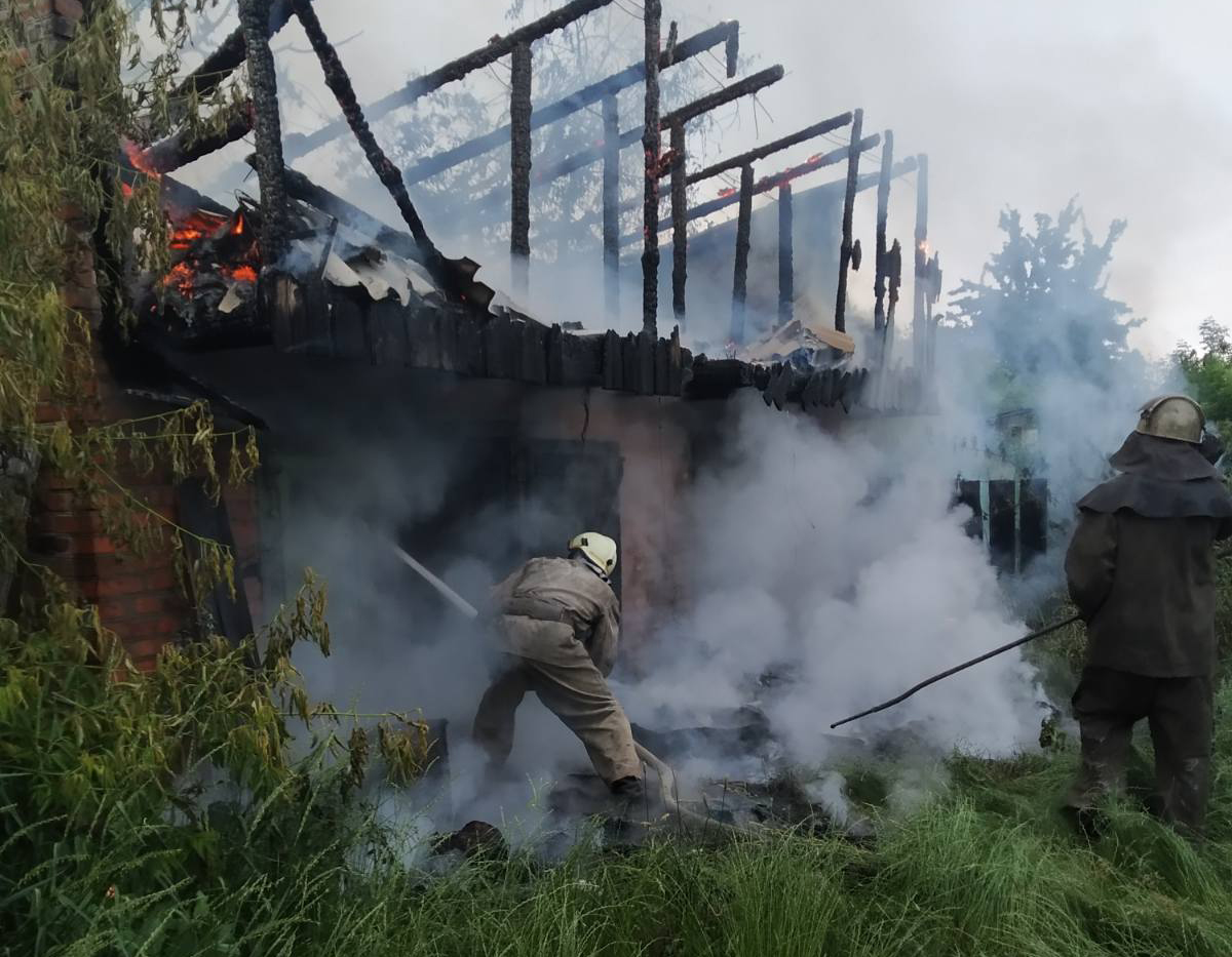 У Фастові удар блискавки підпалив будівлю - Фастів, пожежа - foto 51