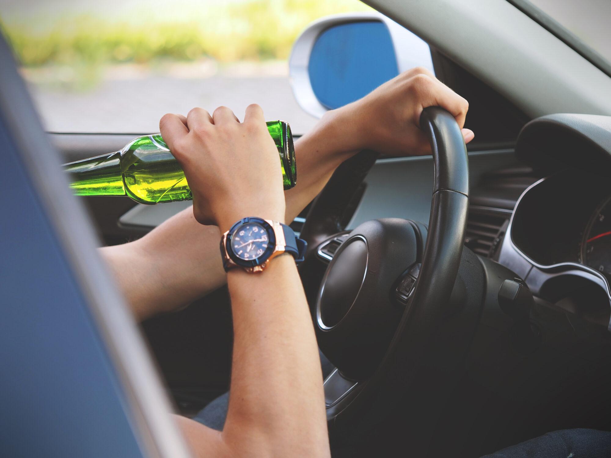 З 1 липня кермування у стані сп'яніння стане криміналом - штрафи, Кримінальна відповідальність, керування авто в нетверезому стані - hand man blur sport car wheel 973809 pxhere.com  2000x1500
