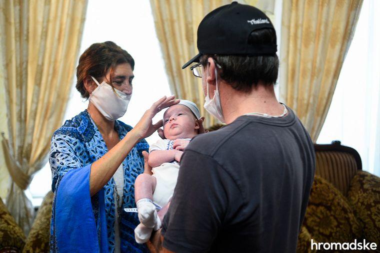 Іноземці забрали немовлят із київського готелю, які народжені сурогатними матерями-українками -  - medium
