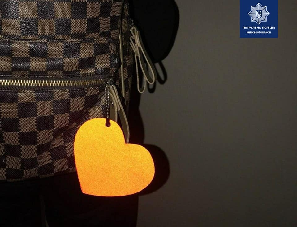 Захист від ДТП: у поліції заохочують пішоходів носити флікери на одязі чи сумці - флікери, пішоходи, ДТП - 108001640 1819461644894087 6610993135834054163 n