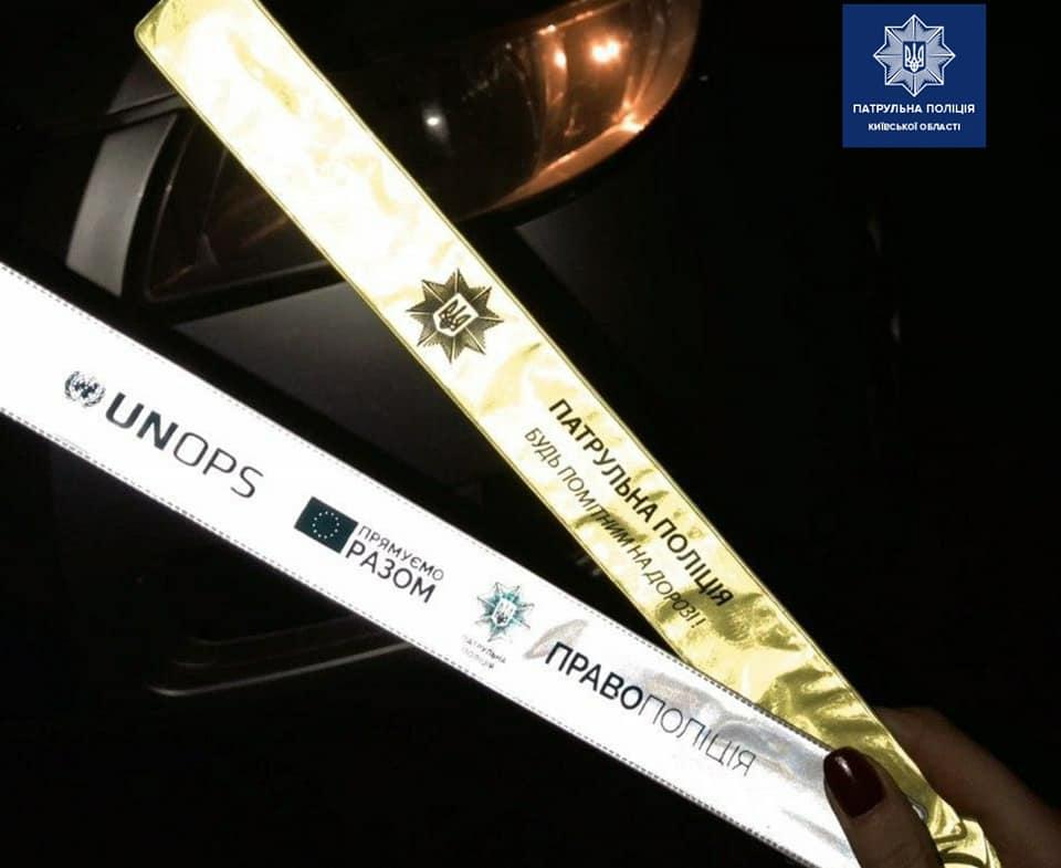Захист від ДТП: у поліції заохочують пішоходів носити флікери на одязі чи сумці - флікери, пішоходи, ДТП - 108178359 1819461694894082 5746180977400752823 n