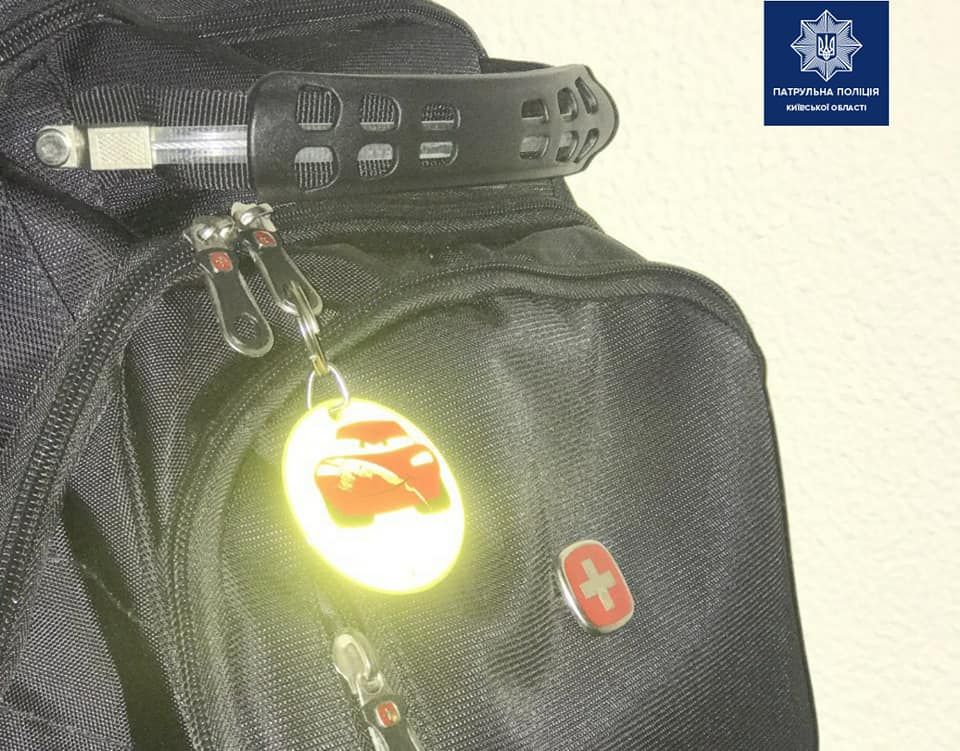 Захист від ДТП: у поліції заохочують пішоходів носити флікери на одязі чи сумці - флікери, пішоходи, ДТП - 109767603 1819461724894079 1405213895043889534 n