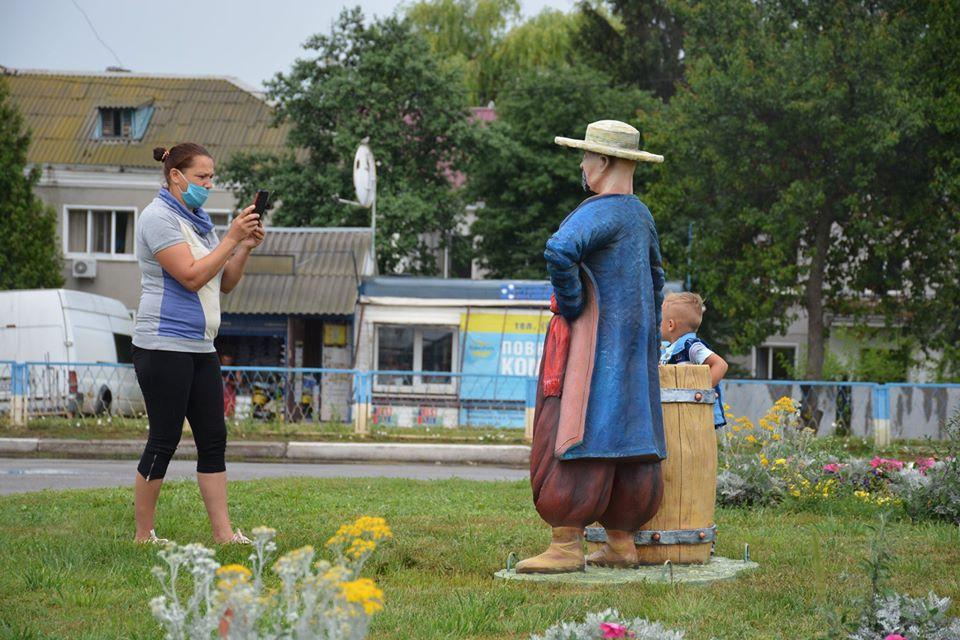 У Миронівці встановили скульптуру козака з діжкою сала - Миронівська міська рада, Миронівка, козак - 80237009 722609068527564 6369579373001894231 o