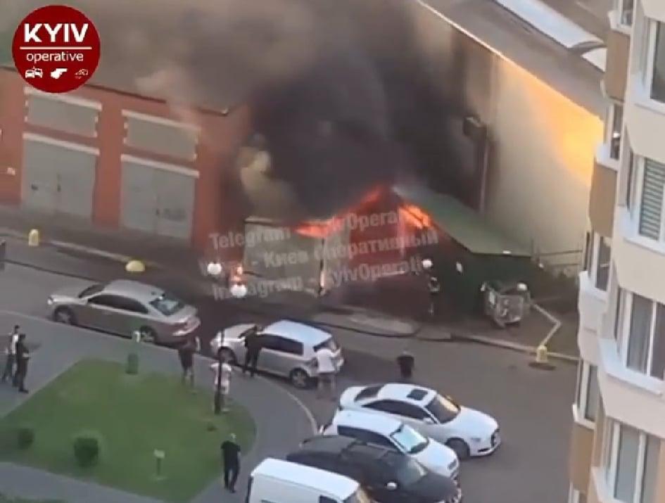 Пожежа у Броварах: рятувальники не могли під'їхати до місця загоряння - рятувальники, пожежа, паркування автомобілів, київщина, Бровари - Brovary