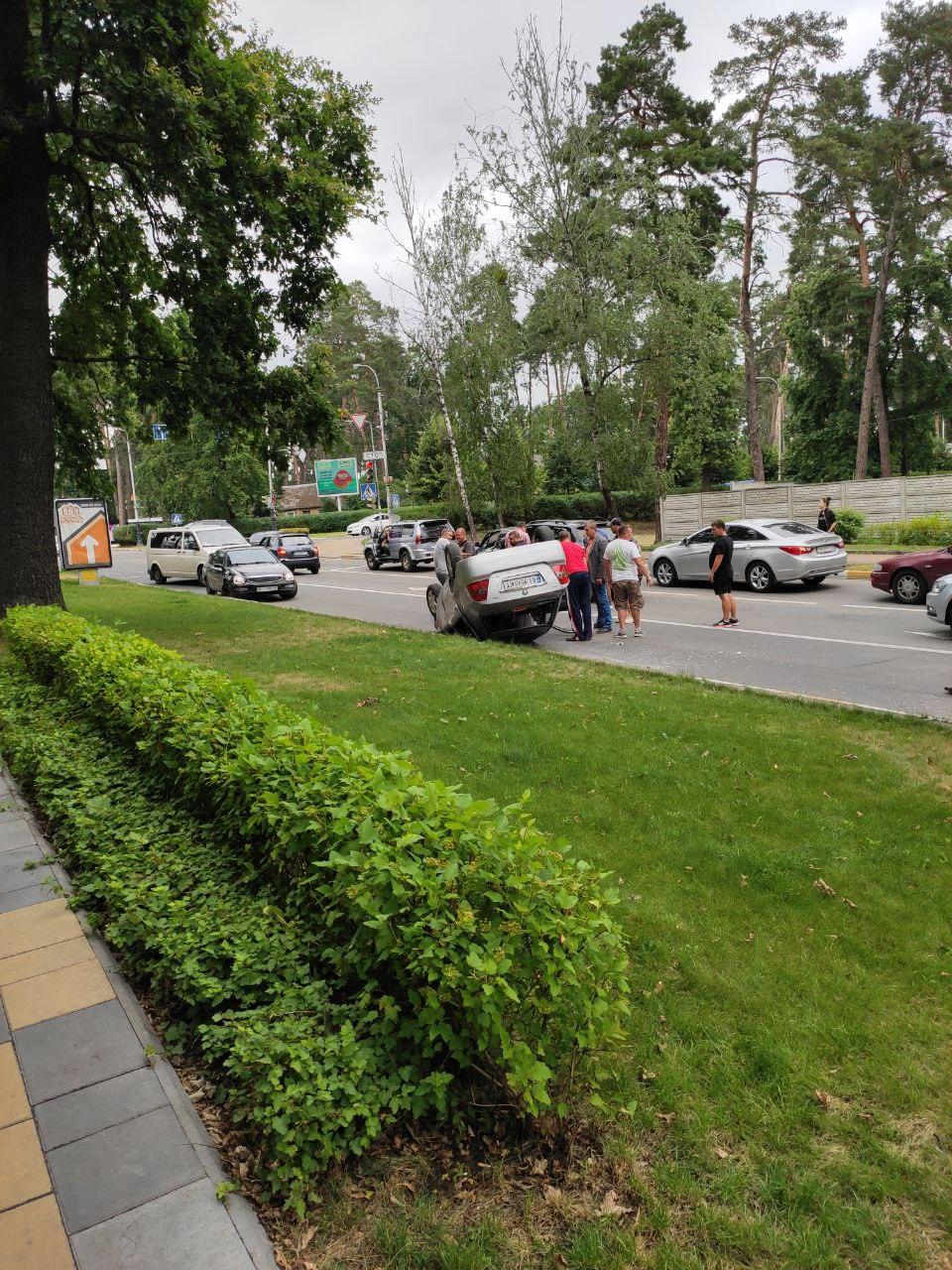 У Бучі посеред дороги перевернулось авто (ФОТО) - Буча, авто - IMG 20200709 134850 157