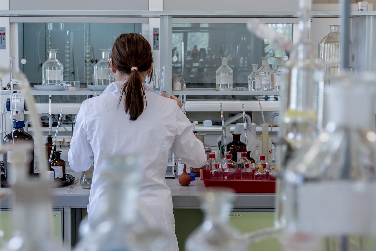Хто має право на безкоштовне ПЛР-тестування -  - laboratory 2815641 1280