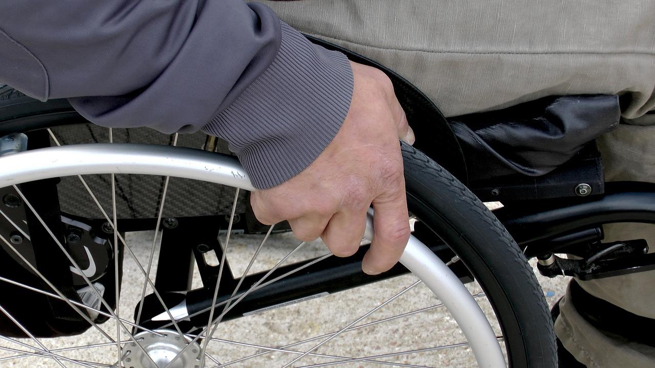 На вокзалах з'являться підйомники для посадки у вагони людей з інвалідністю - Укрзалізниця - wheelchair 1230101 1280