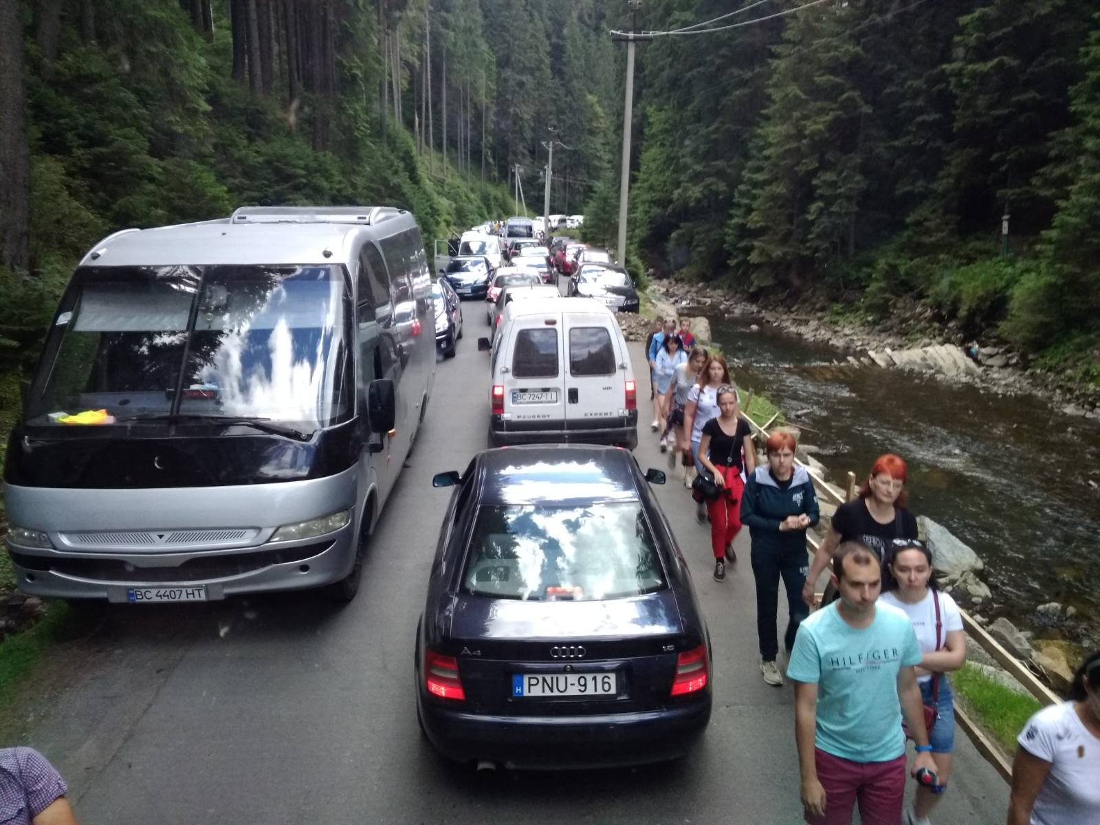 Достопримечательности Карпат утопают в пробках - туризм, Западная Украина, запад Украины - 04 probka2