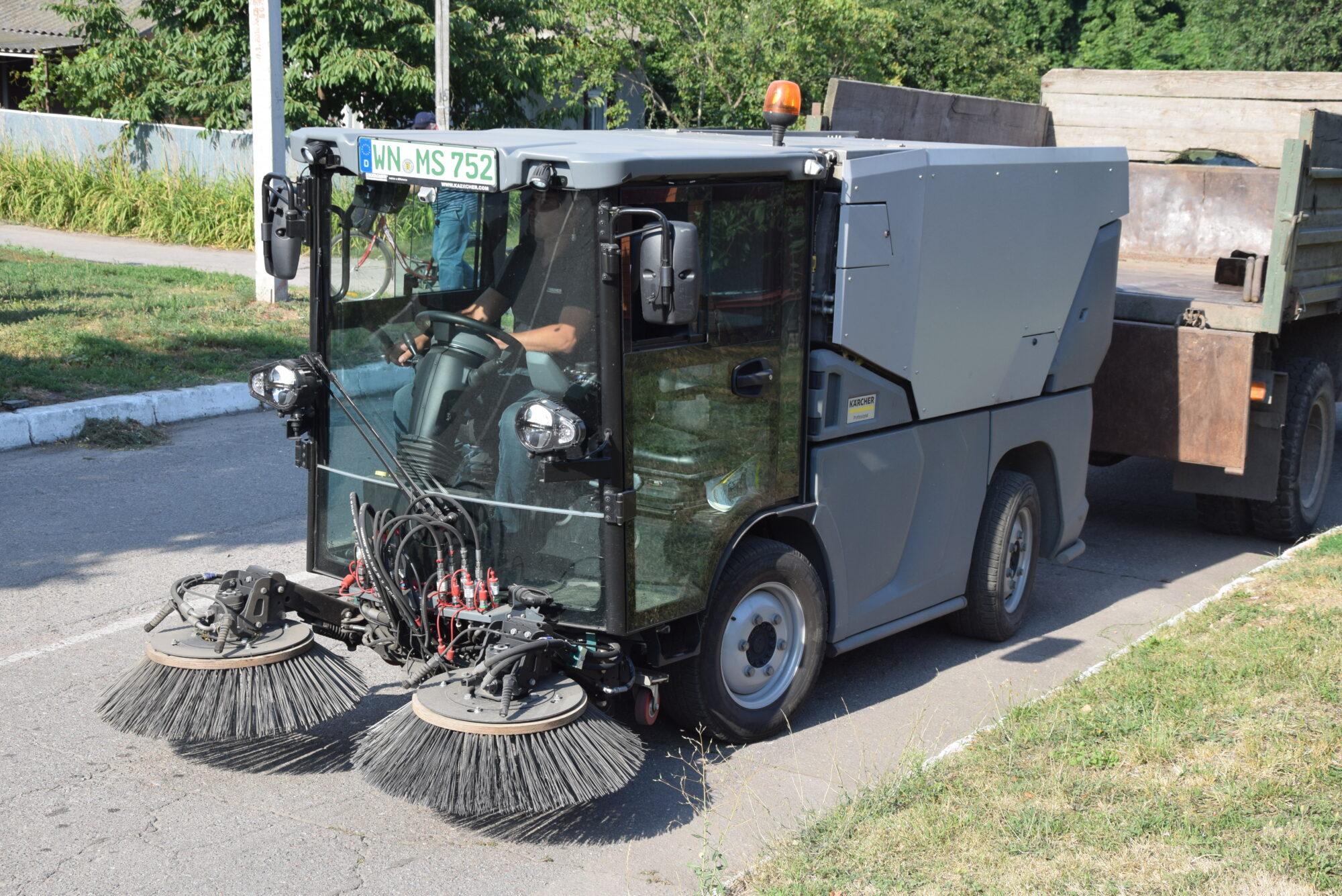 У Переяславі представники компанії Kärcher провели «тест-драйв» автомобіля для прибирання - Переяслав, комунальники - DSC 0043 2000x1335