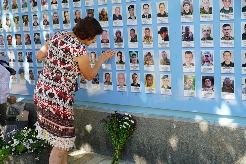 У столиці оновили Стіну Пам'яті загиблих на Донбасі захисників -  - Ef4BDhJX0Ac IGX