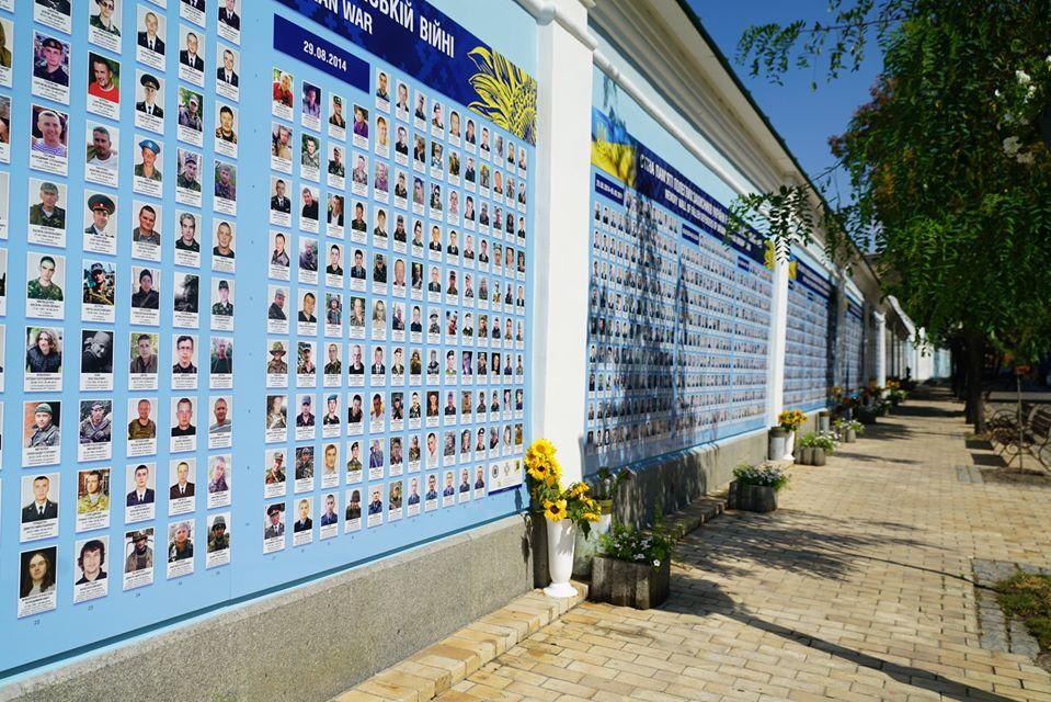 У столиці оновили Стіну Пам'яті загиблих на Донбасі захисників -  - Ef4BDhMX0AAqG6P
