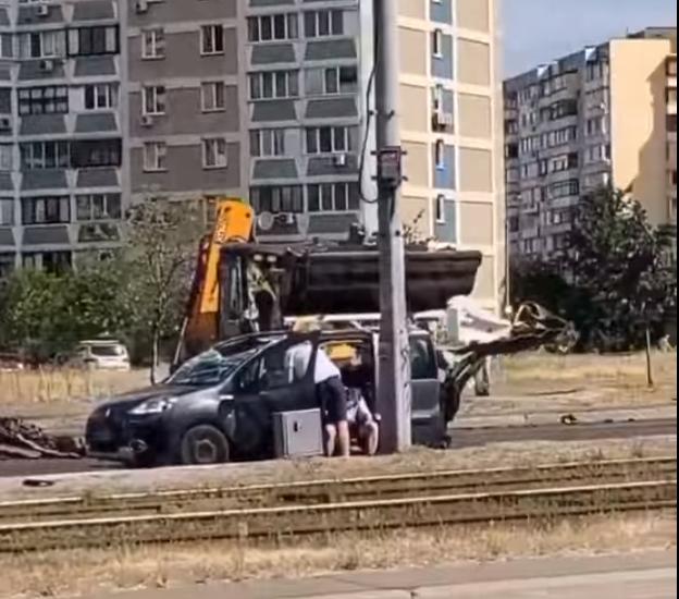 По даху ковшем: у столиці під час руху постраждав водій легковика -  - Screenshot 3 2