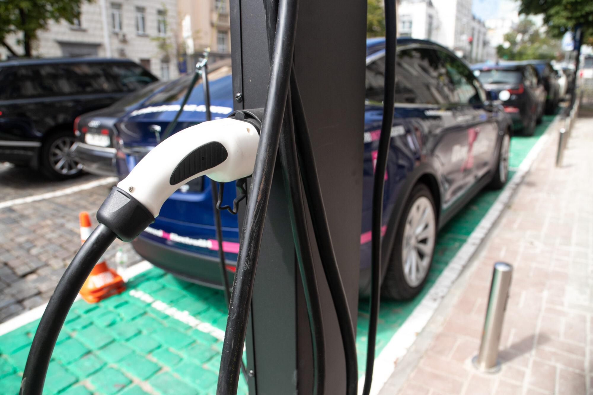 На парковках в центрі Києва встановлюють зарядні станції для електромобілів - Київ, зарядні станції, електромобілі - imgbig 2000x1334