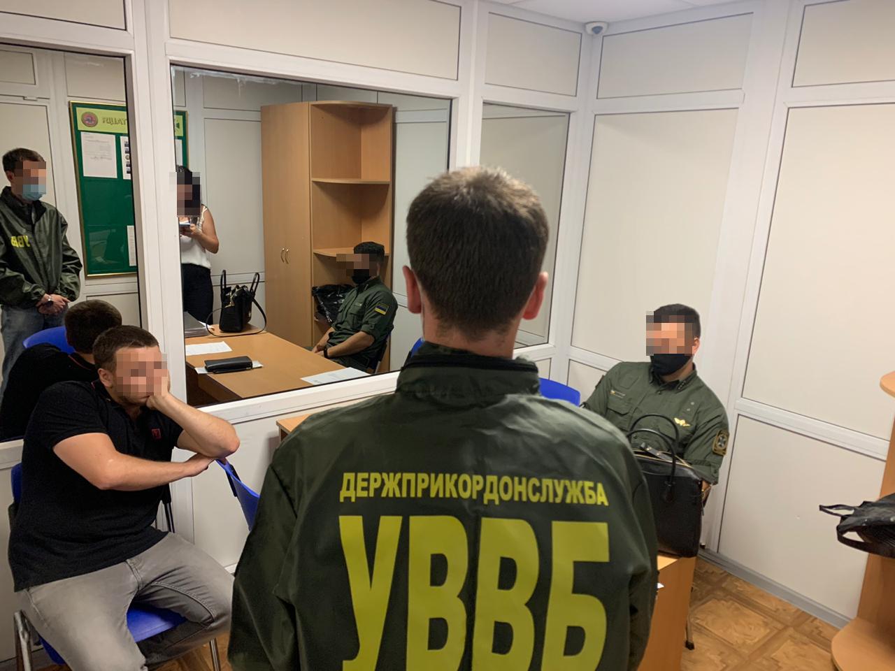 """У «Борисполі» українець пропонував хабар за пропуск знайомого через кордон - хабар, Прикордонники """"Борисполя"""", іноземець, аеропорт «Бориспіль» - news 20200827 104927 1598514567"""