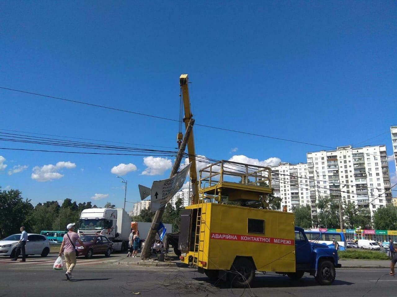 У Києві екскаватор збив електроопору - місто Київ, ДТП - photo 2020 08 04 12 40 19