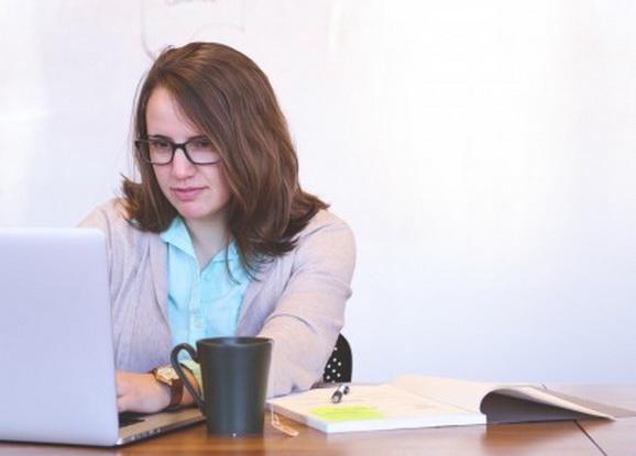 Які виші і спеціальності стали популярними цьогоріч -  - student woman startup business people students office strategy 710512