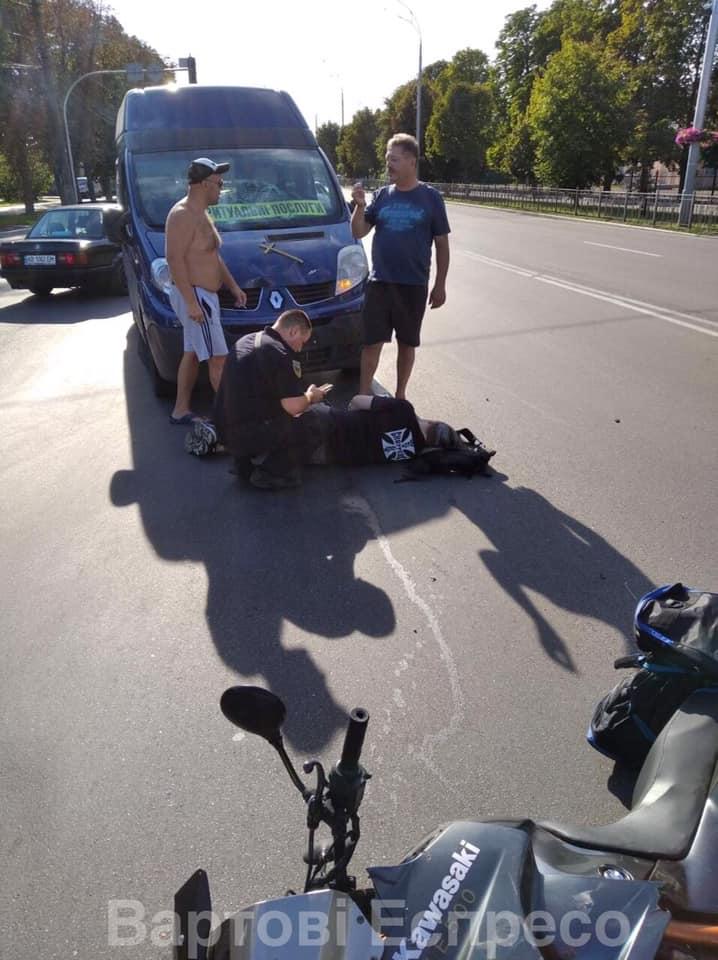 """У Броварах """"бусик"""" ритуальних послуг врізався у мотоцикл: є постраждалий - патрульна поліція, мікроавтобус - 118672047 1226646564336078 1348124671462203815 n"""