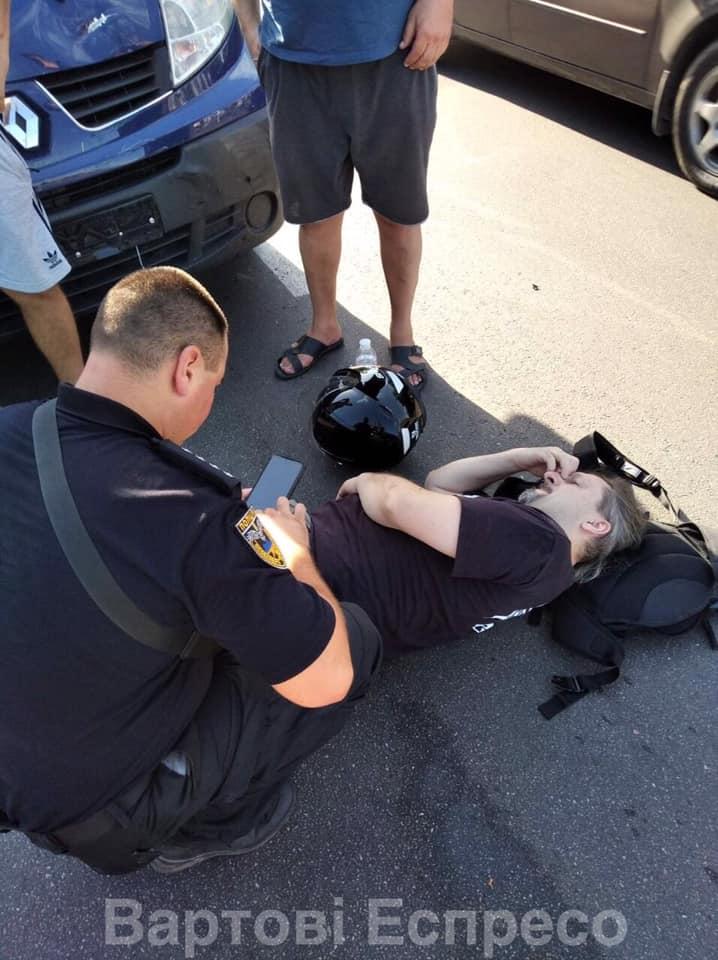 """У Броварах """"бусик"""" ритуальних послуг врізався у мотоцикл: є постраждалий - патрульна поліція, мікроавтобус - 118727144 1226646557669412 6840755911108313465 n"""
