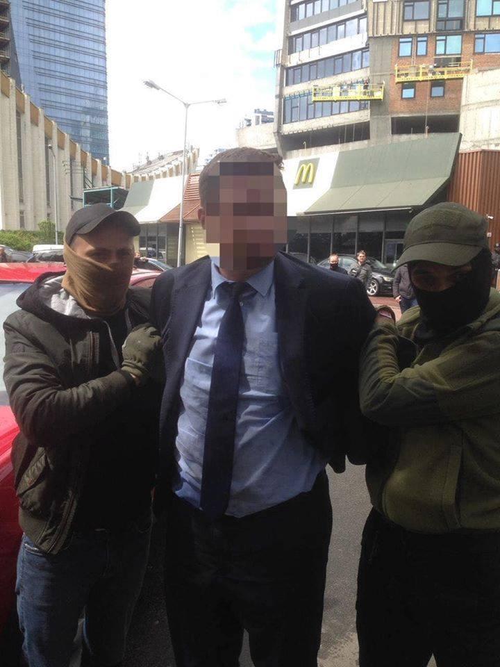 Посадовця Міносвіти звинувачують у вимаганні хабаря - хабар, прокуратура м. Києва - 120036438 3805349846143016 3705414805358570029 n