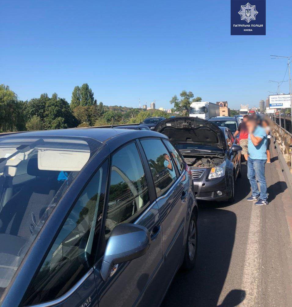 Потрійна ДТП ускладнила рух на Південному мосту - Поліція, Південний міст, затор - 148073