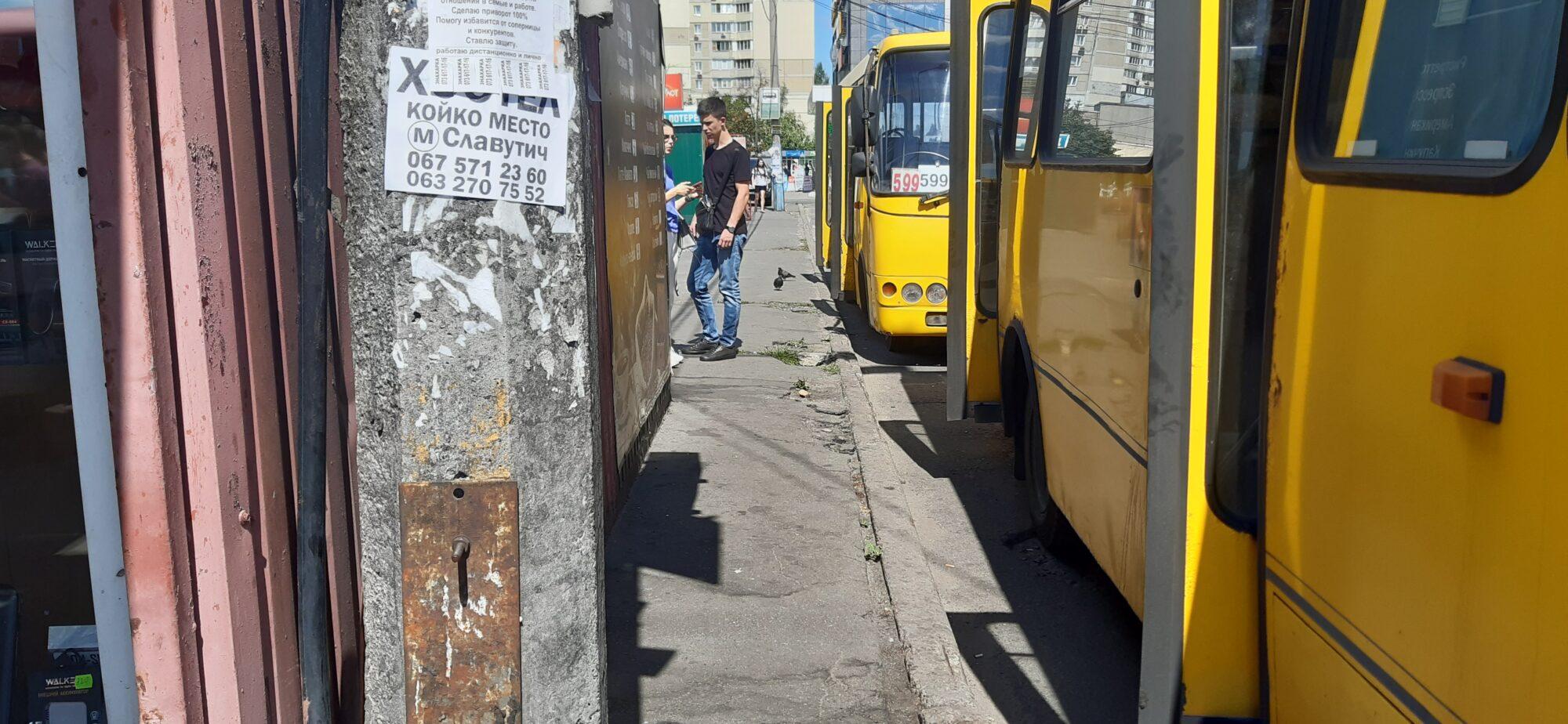 У Києві жінка випала з маршрутки (відео) - Маршрутка, жінка - 20200808 121534 2000x924