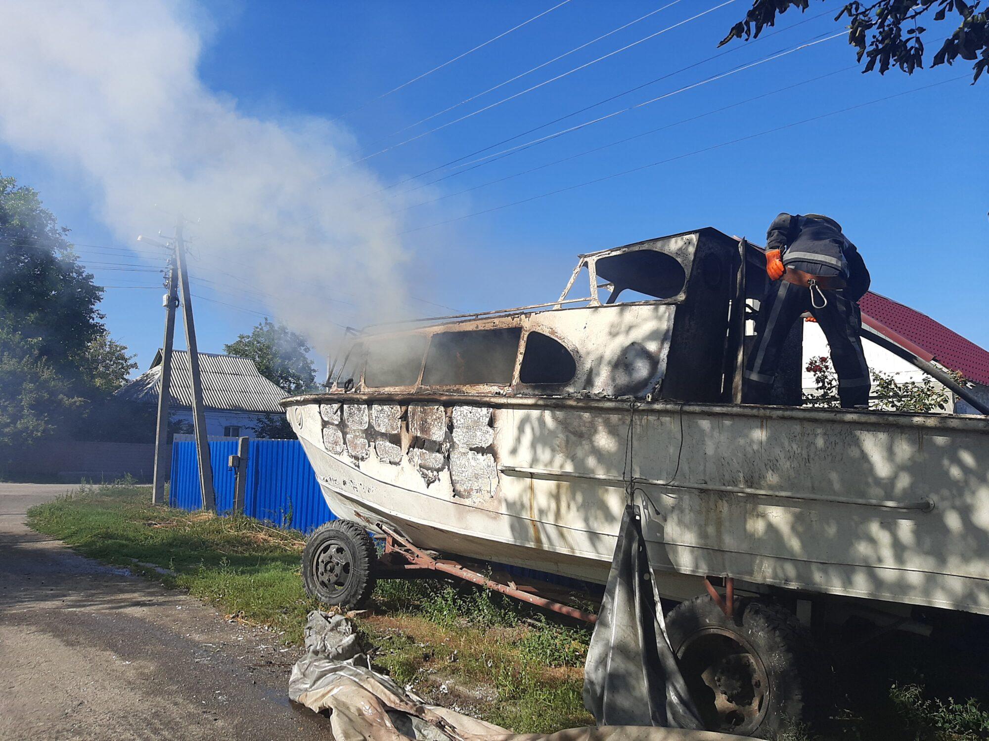 У Ржищеві горів човен та ледь не зайнявся будинок - Човен, рятувальники, Ржищів, Кагарлицький район, ДСНС - 20200901 155937 2000x1500