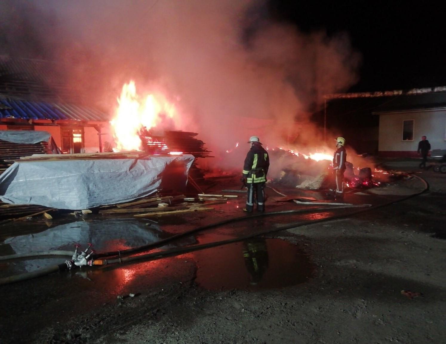 Вогонь охопив столярний цех у Білій Церкві - рятувальники, пожежа, київщина, Білоцерківщина - BC ceh
