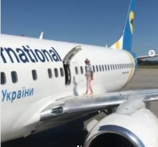 У аеропорту «Бориспіль» жінка гуляла по крилу літака (відео) - Літак, жінка, аеропорт «Бориспіль» - Novyj rysunok