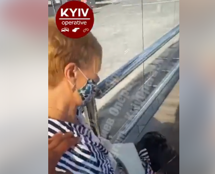 У Києві жінка випала з маршрутки (відео) - Маршрутка, жінка - Screenshot 3