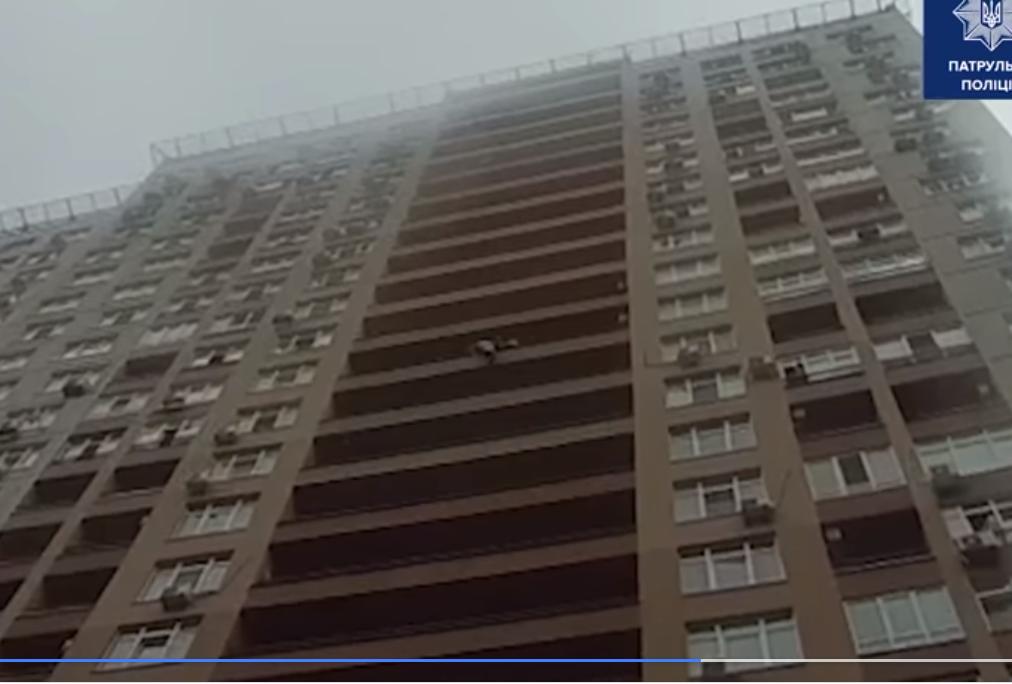 У Києві від суїциду поліцейські врятували жінку, що стрибнула з висотки - суїцид, порятунок життя - Screenshot 1 2