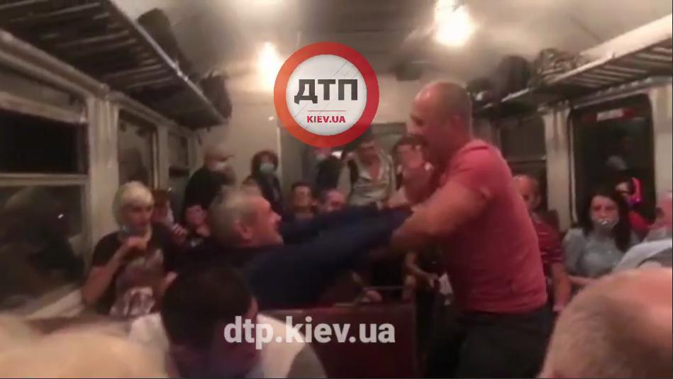 На Київщині в електричці сталася бійка (відео) - електрички, бійка - Screenshot 52