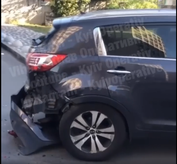 На Виноградарі невідомий пошкодив 5 машин - парковка, автомобілі - Screenshot 56