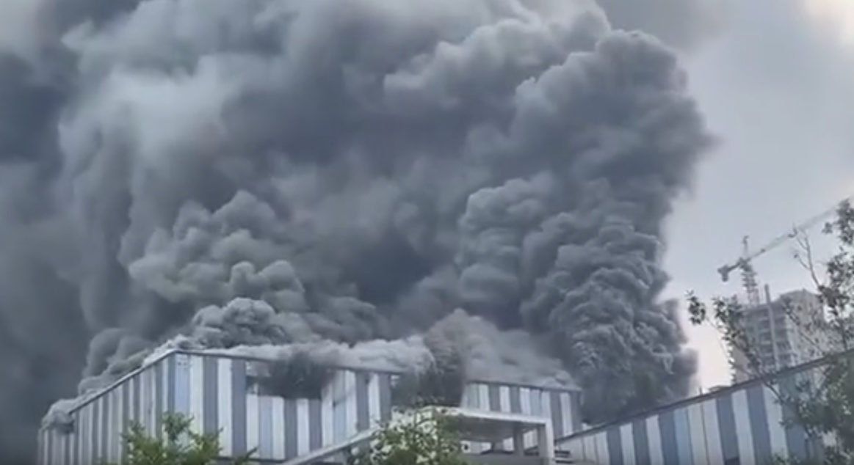 Huawei у вогні: масштабна пожежа на заводі в Китаї - завод, вогонь - Screenshot 64