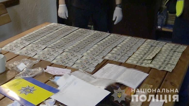 Столичних поліцейських намагалися підкупити за «кришування» автокрадіїв -  - nepravomirvygodakv4