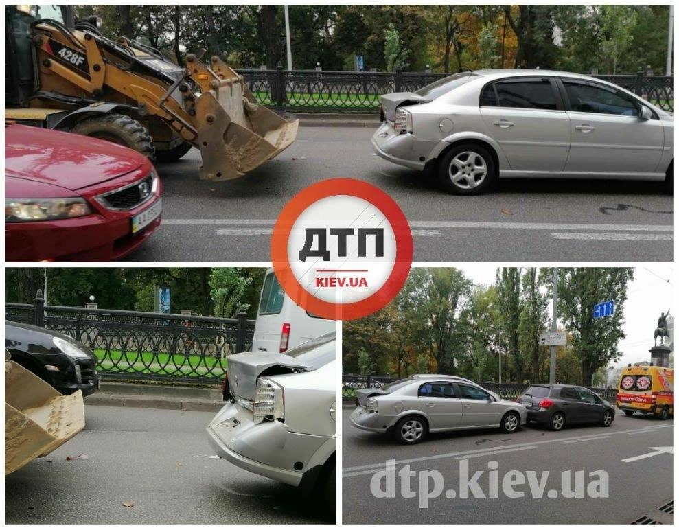 У центрі Києва бульдозер протаранив два автомобіля - ДТП, Аварія на дорозі - 122322179 1816306015201950 7324743829361691986 o