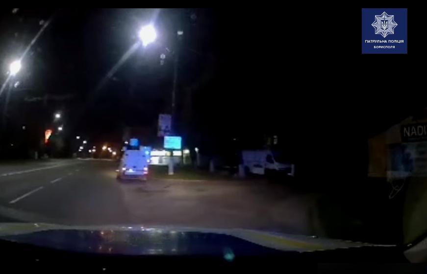 У Борисполі автомобіль ледь не збив людей на очах у поліції (відео) - Поліція, пішохідний перехід - Novyj rysunok 3