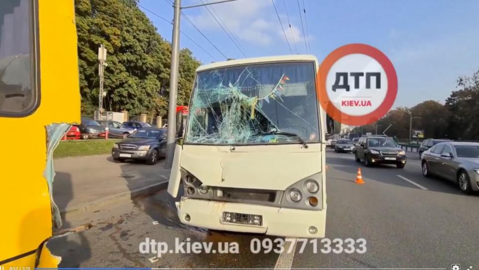У Києві в ДТП постраждали дві маршрутки та легковик - Поліція, Маршрутка - Screenshot 4