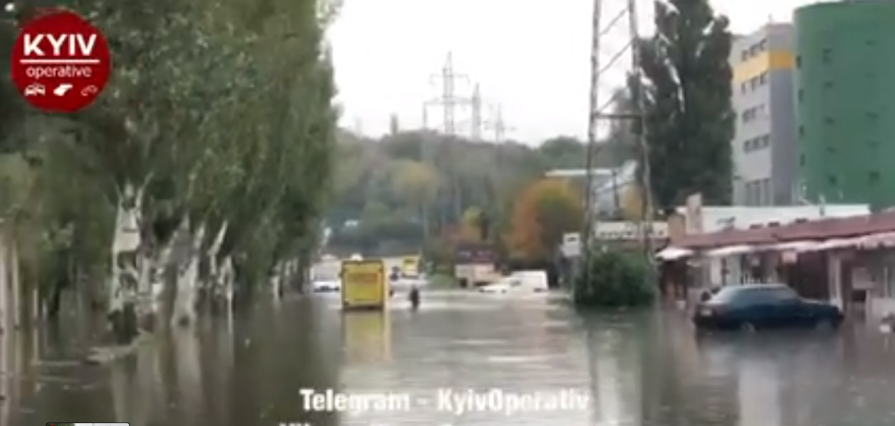 По колеса у воді: які вулиці Києва перекрили після дощу - Дощ, дорога - Screenshot 13 1