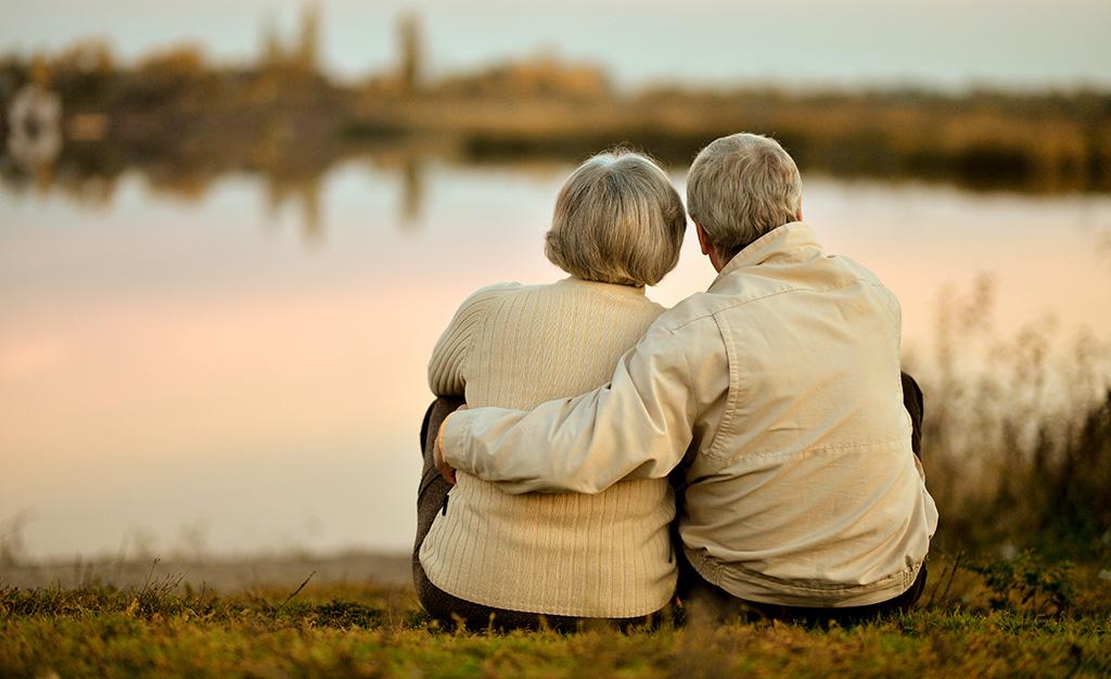 1 жовтня - Міжнародний день людей похилого віку - пенсіонери - eakad shutterstock 160164149