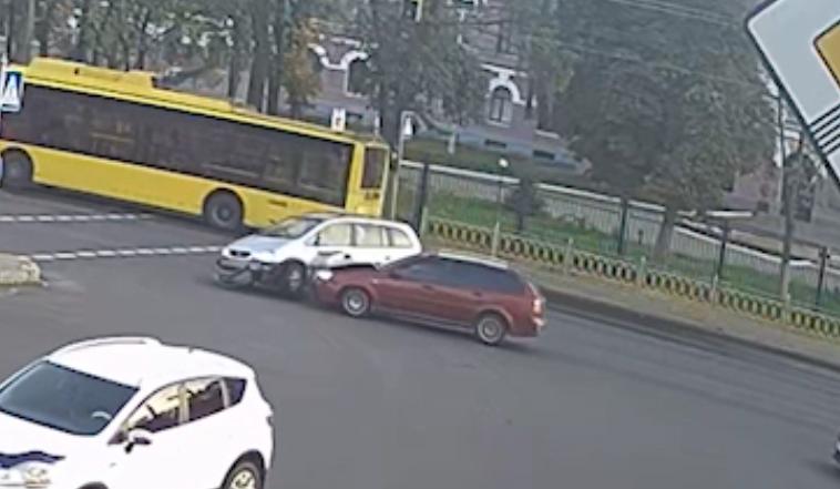 Ігнорування ПДР призвело до аварії у Києві - Поліція, Перехрестя, ДТП, автопригода - opel1