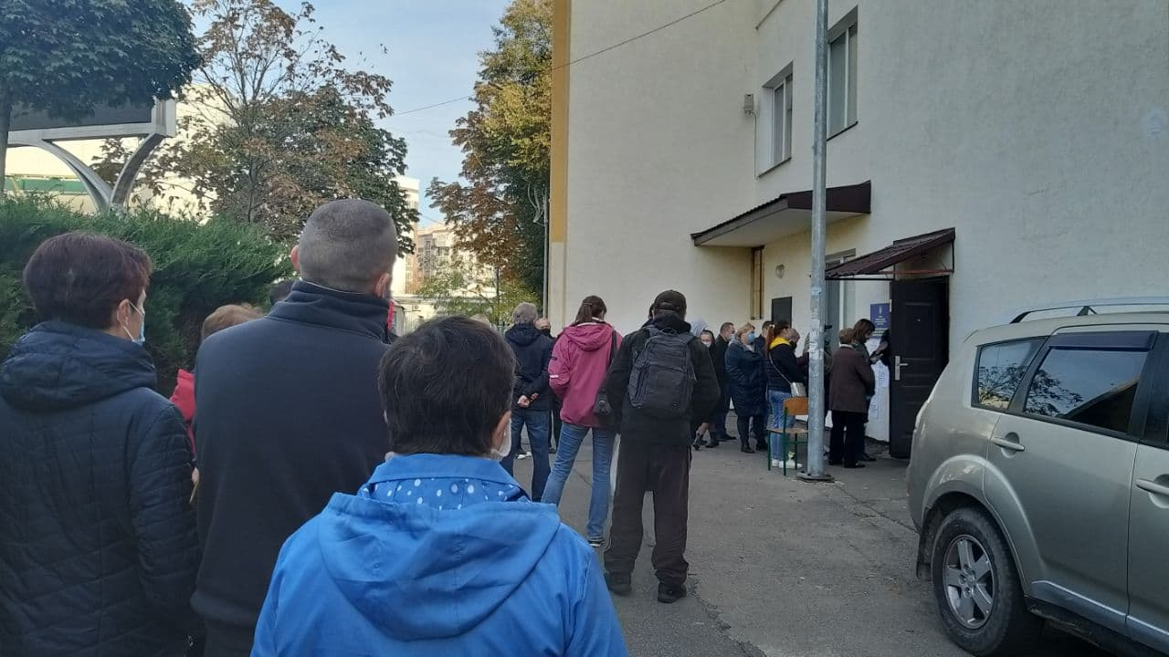 Черга із виборців вистроїлась у Бучі біля 4-ої школи -  - photo 2020 11 11 17 19 05