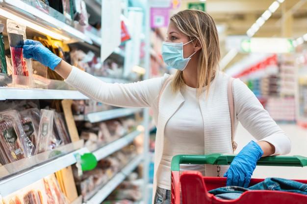 25% від усіх хворих в Україні на COVID-19 – люди похилого віку - коронавірус - young woman wearing protective mask in supermarket during coronavirus outbreak 166273 721