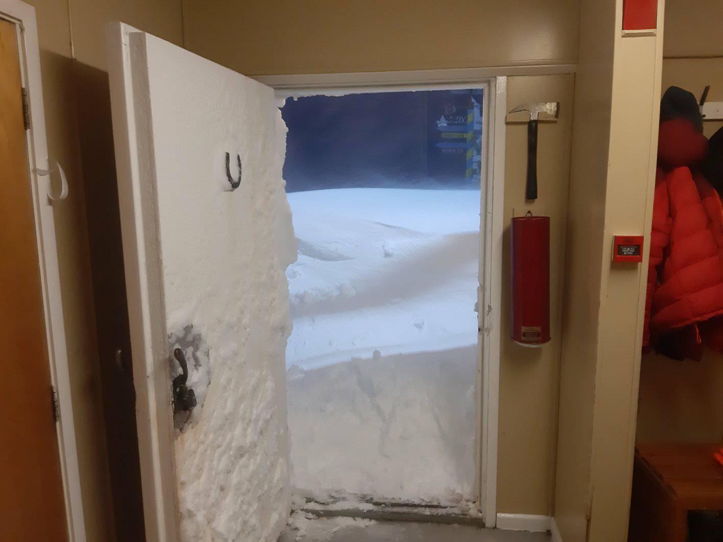 «Пінгвіни та полярники в шоці»: станцію «Академік Вернадський» замело снігом - експедиція, Антарктика - 12 vernadskogo