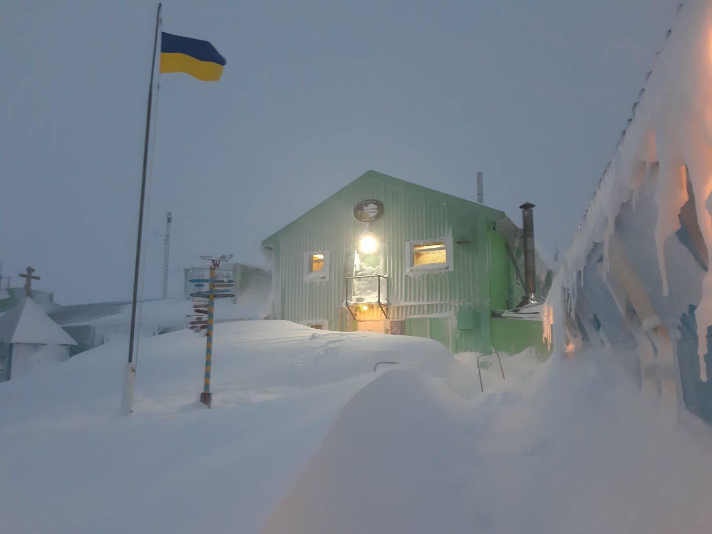 «Пінгвіни та полярники в шоці»: станцію «Академік Вернадський» замело снігом - експедиція, Антарктика - 12 vernadskogo2