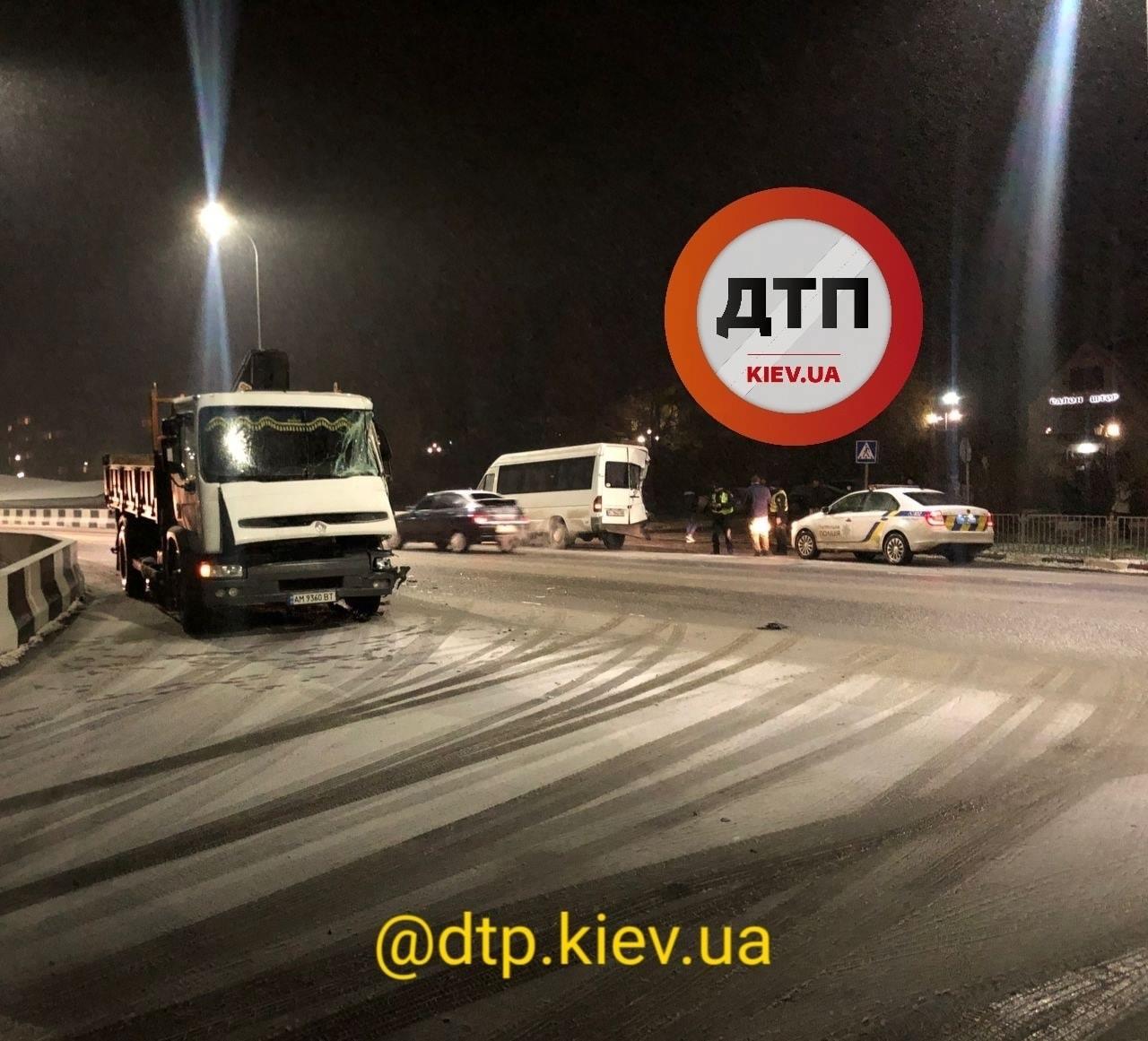 Під Києвом після снігопаду вантажівка зіштовхнулася з маршруткою - Аварія на дорозі, Аварія - 18 dtp