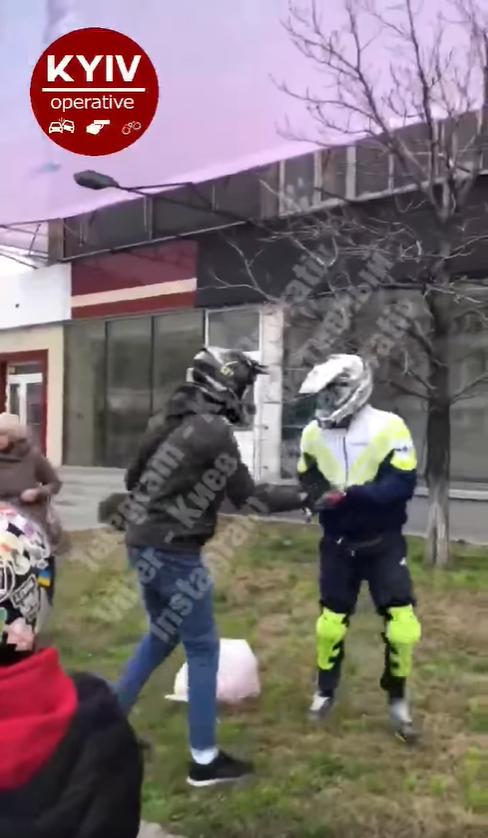 Київ: байкери вчинили бійку з пішоходом - мотоцикл, ДТП - Bezymyannyj 4