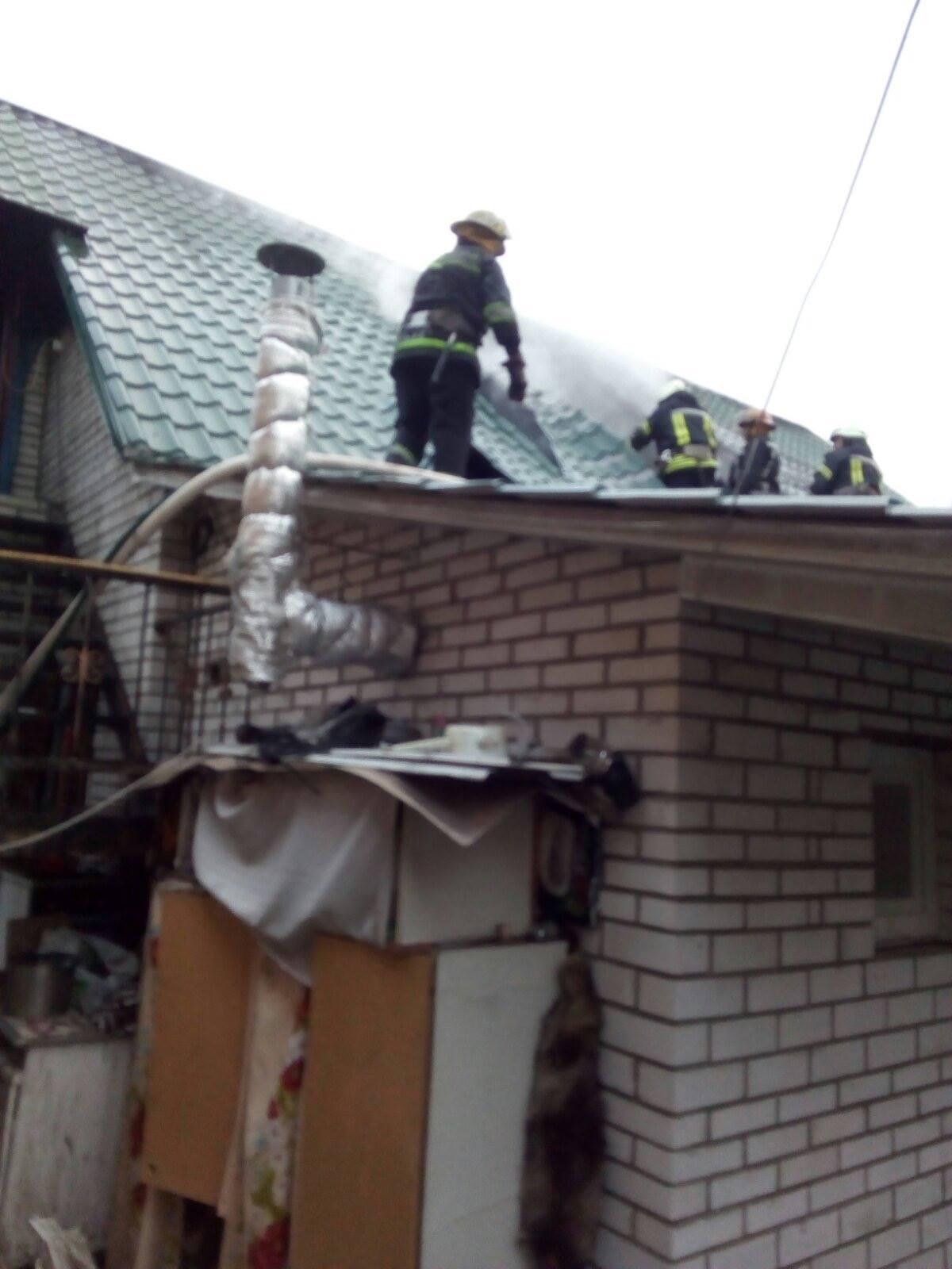 Мансарда у вогні: в Бучі горів будинок - рятувальники, пожежа будинку, київщина, Бучанська ОТГ - Bucha gor Tarasiv 1