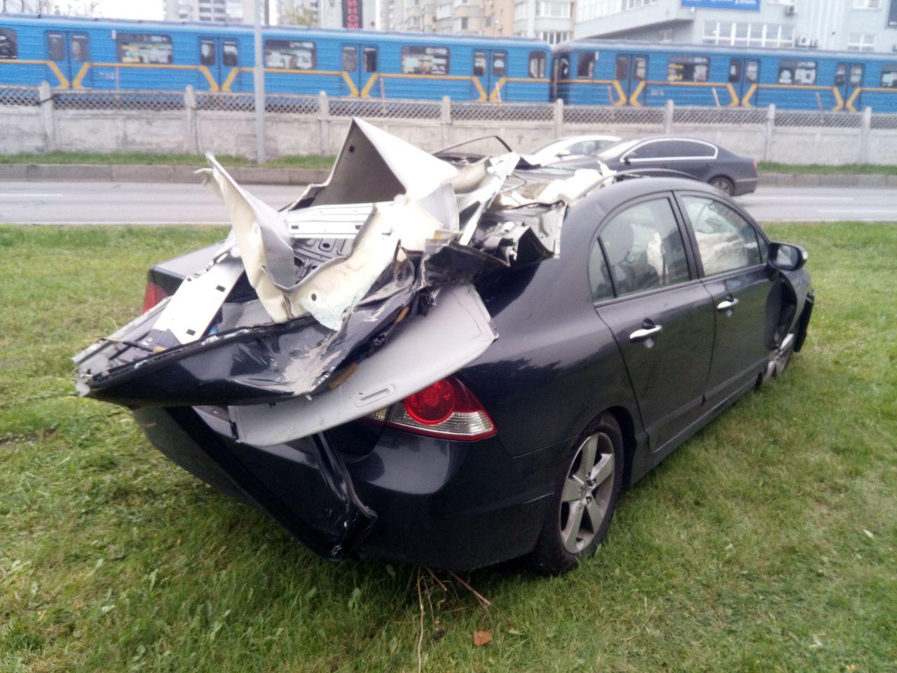 Знесло дах: на Броварському проспекті - карколомна автотроща - ДТП, дерево - DTP dah 2