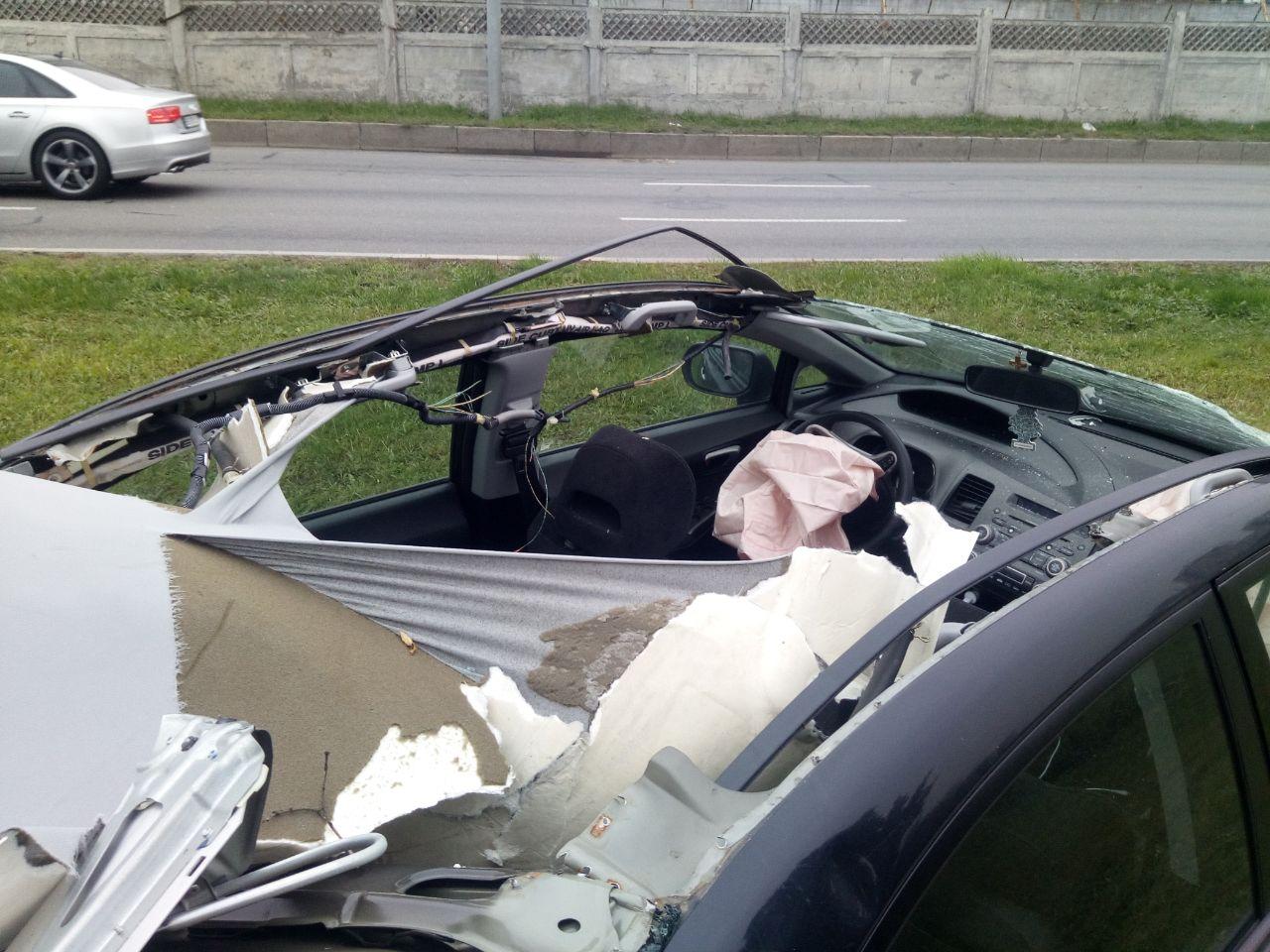 Знесло дах: на Броварському проспекті - карколомна автотроща - ДТП, дерево - DTP dah 3 1