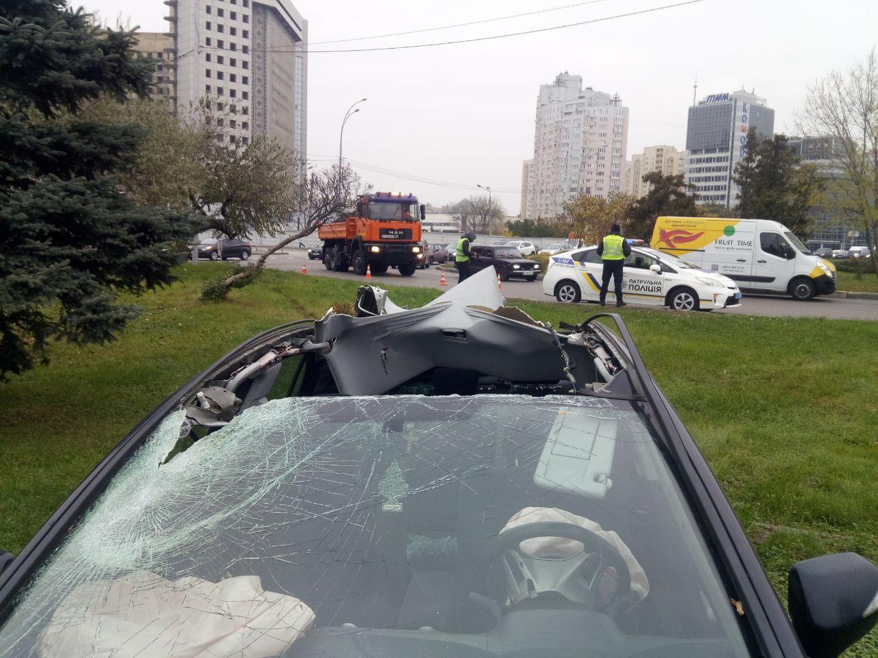 Знесло дах: на Броварському проспекті - карколомна автотроща - ДТП, дерево - DTP dah
